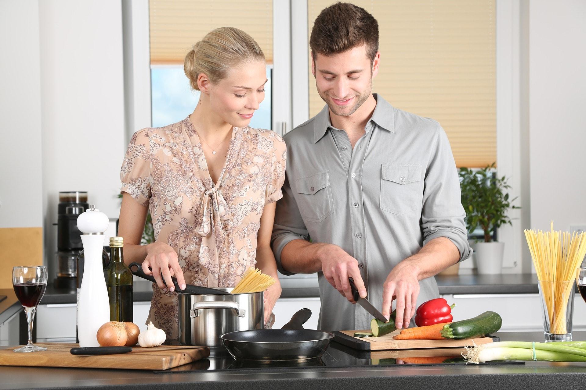 paar-küche-kochutensilien-küchenzubehör