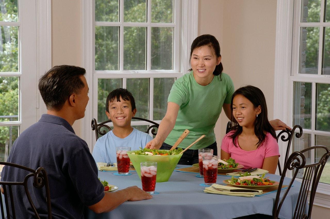 Familie beim Abendessen im Wohnzimmer